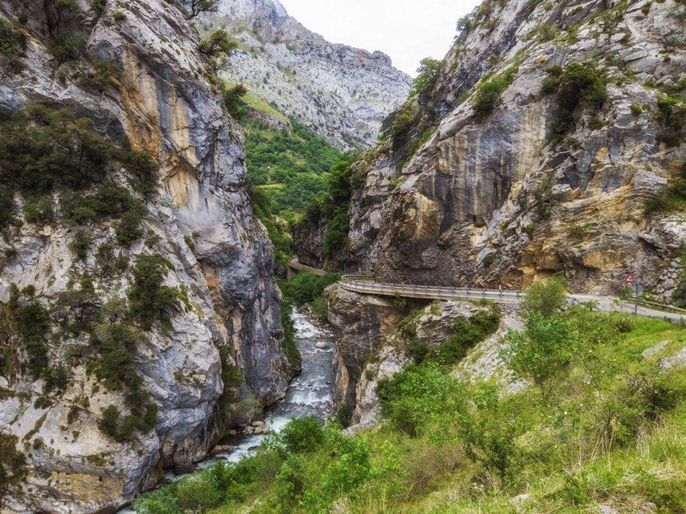 estrada para a aldeia de Caín