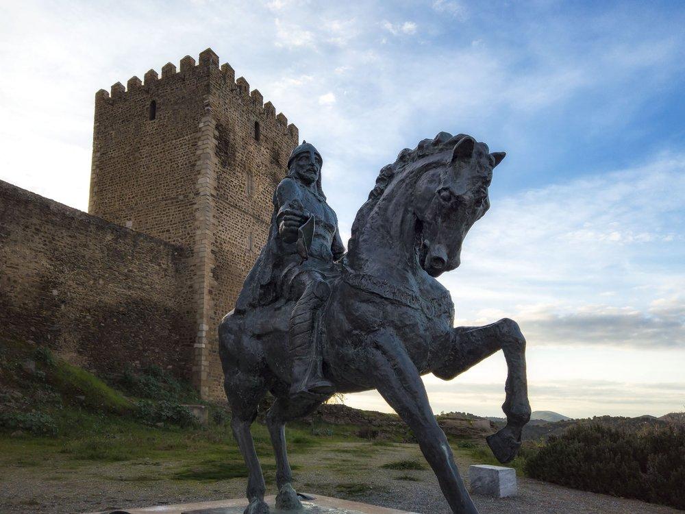 o castelo e a estátua de Ibn Qasi, o rei de Mértola